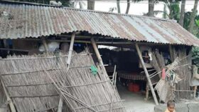 এতো মাইনষ্যেরে ঘর বানাইয়া দিলো, আমার লইগ্গা কি কোন ঘর-দুয়ার নাই