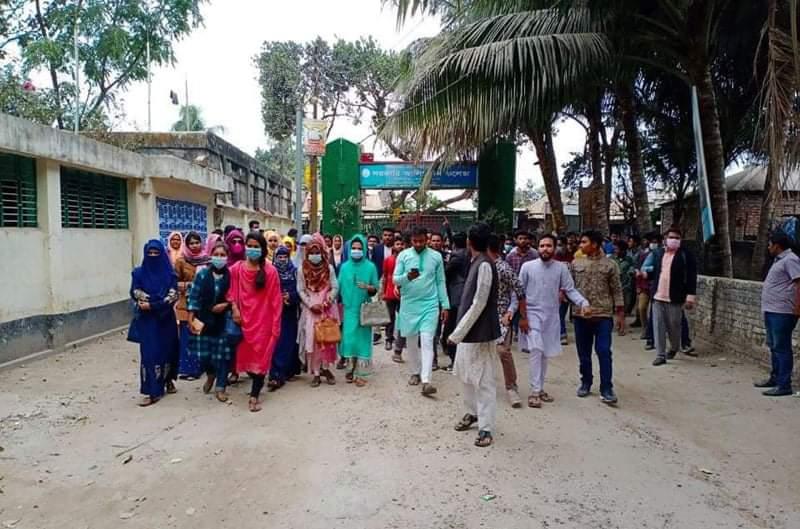 হাতীবান্ধা সরকারি কলেজে পরীক্ষার ফি অতিরিক্তের প্রতিবাদে শিক্ষার্থীদের বিক্ষোভ