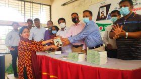 কুমিল্লা বিশ্ববিদ্যালয় শিক্ষার্থীদের মাঝে বঙ্গবন্ধুর অসমাপ্ত আত্মজীবনী বিতরন