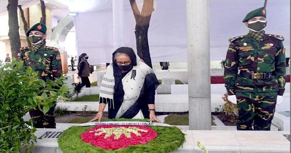 জাতীয় শোক দিবসে বঙ্গবন্ধু'র প্রতিকৃতিতে শ্রদ্ধা জানিয়েছেন প্রধানমন্ত্রী