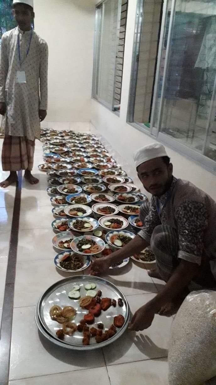 চন্দনাইশের স্বপ্নছোঁয়া শিল্পী গোষ্ঠী ২৫০ জন হতদরিদ্রকে ইফতারি বিতরন করেছে